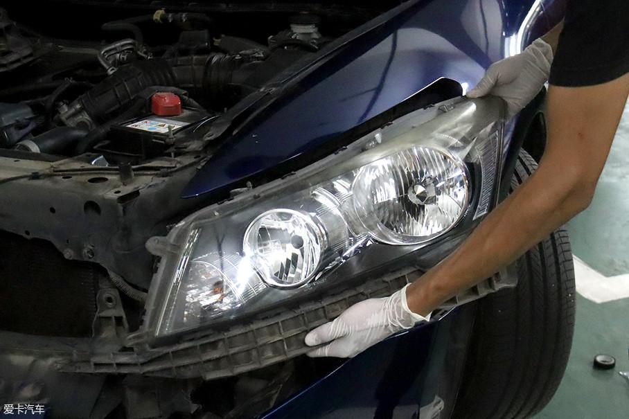 为了让朋友的老车重焕新颜,我决定启用蒸汽翻新套装。不过这次我吸取了上次喷剂翻新的经验,将车灯拆卸下来翻新。这样省去了遮挡周围车漆的时间,也避免了场地带来的制约。