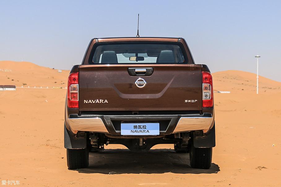 纳瓦拉的尾灯纵向排列于尾门两侧,即便尾门开启也能保证正常警示照明功能。