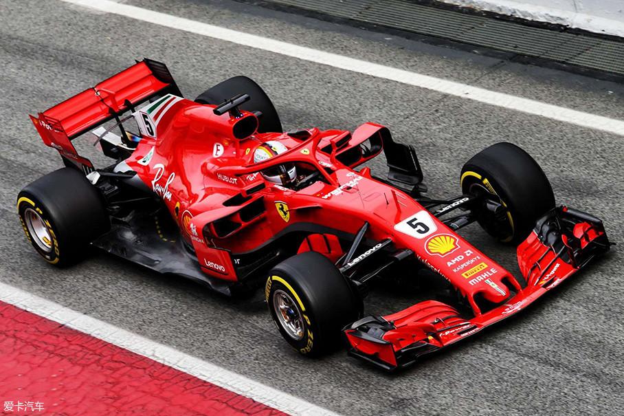 法拉利SF71-H最大的变化就是轴距的增加,这会对赛车造成什么样的影响,还需要我们等待。从外观上看,合作多年的桑坦德银行赞助消失不见,新车也加入了更多的红色涂装。