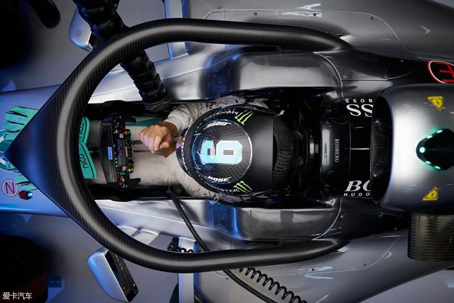 """虽然F1围场内外对Halo的抵制声音强烈,但是在FIA的坚持下,各队还是不得不装上了这个能把赛车变成""""人字拖""""的车手头部保护装置。"""