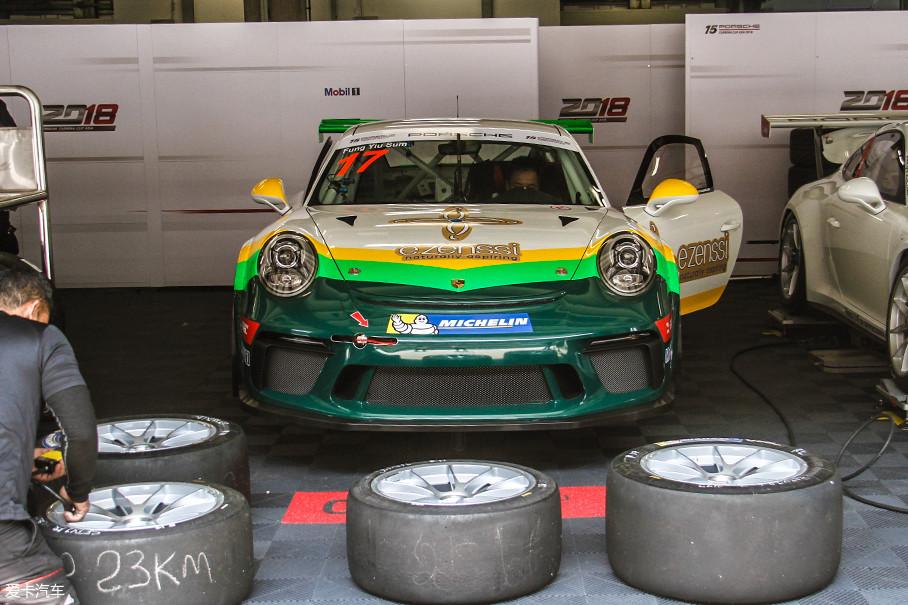 基于全新保时捷911 GT3车型打造而成的911 GT3 CUP(991.2)赛车,在车身壳体、发动机、变速箱、底盘和刹车系统等方面均做出了高性能升级。