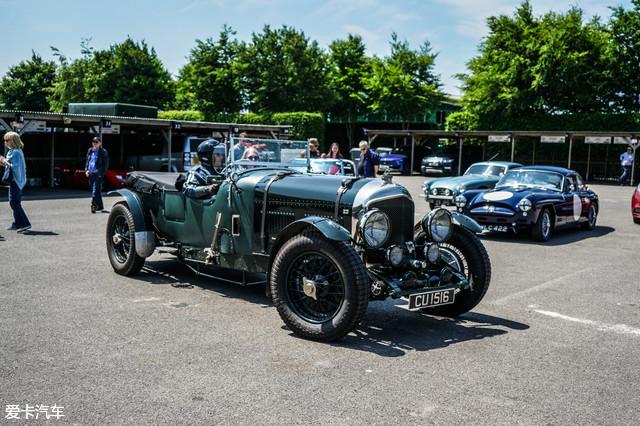 当日恰巧赶上古德伍德赛道的古董车赛道日,所以有幸看到了无数台一直只能在搜索引擎上才能找到的经典车型,而这些车手们也一样,老得可以。