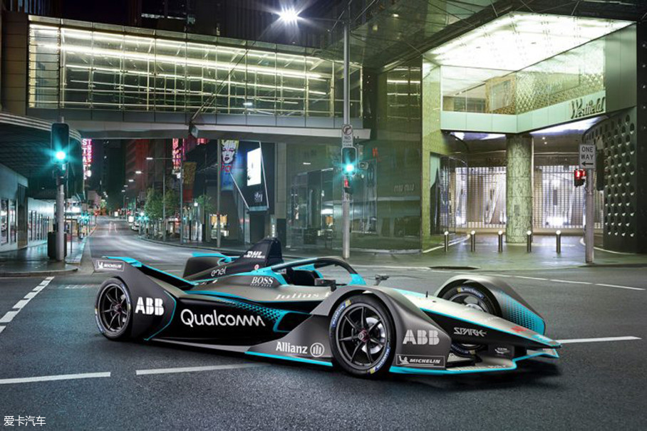 """第二代赛车对有些车迷来说应该不算什么新鲜事儿,因为Formula E早在今年3月份的日内瓦车展上就已经将这款名为""""GEN2""""的电动方程式赛车公之于众。"""
