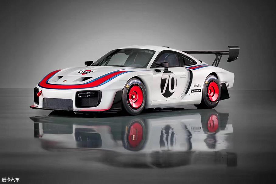 没有任何技术规则限制这台保时捷935,所以来自保时捷赛车运动部的那些疯狂的工程师和设计师们倾尽全力,打造了这样一台以911 GT2 RS车型为基础的赛道杀器。