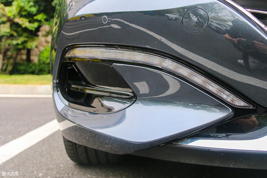 同为LED的日间行车灯与底部雾灯位置融为一体,而它的造型也很容易让我想到在很多赛车上采用的前破风刀,没准儿是我猜透了设计师的想法?