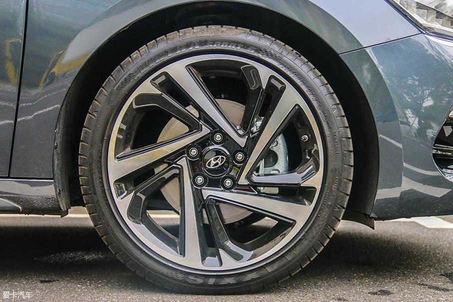 """顶配的LA FESTA菲斯塔配备的是一套尺寸为225/40 R18的玛吉斯轮胎,双五辐式不规则造型的轮圈设计依旧以""""锋利""""为主题,而双色的配色则更加凸显出层次感。"""