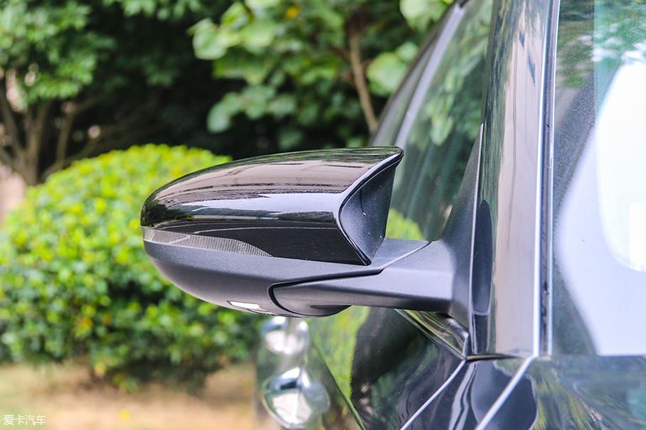 双色后视镜外壳以及更贴近于赛用的后视镜造型,都是为车辆的运动感服务。摄像头融入在后视镜的最底部,用于实现诸如车道保持、盲区监测等功能。
