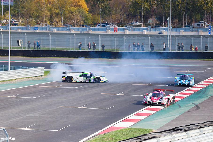正如赛前所料,由于赛车规格的统一性以及赛道的难度设置,时长一个小时的耐力赛中频频有事故发生,这也从侧面反映出车手们丝毫没有懈怠的拼搏精神。