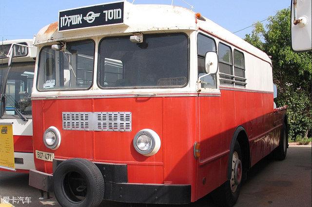 隨著政府對公共交通的重視,公交車也逐漸地平民化.-溫故而知新 高清圖片