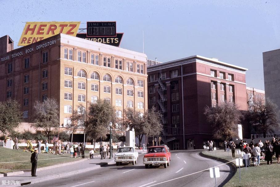 """有趣的是,在1963年美国总统肯尼迪在达拉斯市被刺杀时,枪手所在大楼的楼顶正是赫兹公司的广告。""""Hertz""""也一夜成为家喻户晓的公司。"""