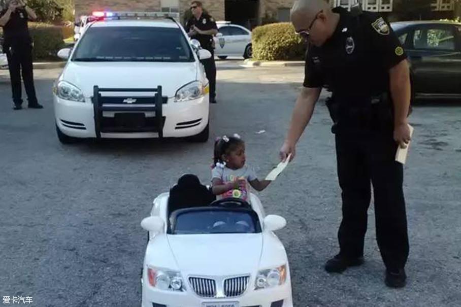 注意租赁文件和保险单一定随车放好,要是被交警拦下出示即可。美国租车不同于国内的地方是无需违章押金。其原因是美国处理交通违章是罚人不罚车,而且绝大多数公路都是没有违章摄像头拍摄的。