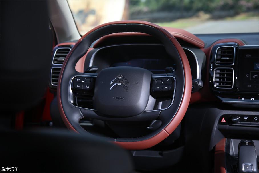 天逸C5在外观中独特的圆角矩形设计元素,在内饰中同样被运用地淋漓尽致,比如方向盘、空调出风口、车门内饰板等各处都随处可见。