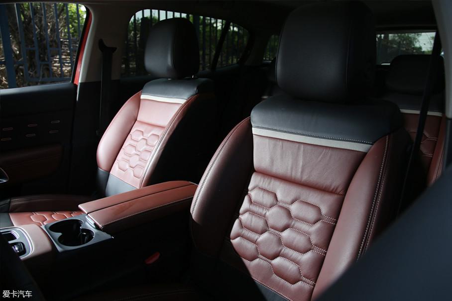 """得益于Florian打破对常规内饰设计的理解,一种""""赛博朋克""""般的内饰设计体现在了雪铁龙的车型上。"""