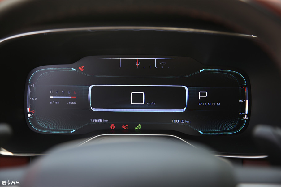 这两台车虽然在制作平台、动力总成等诸多方面是一套系统,但我本以为在车载UI上也会是一样的。但事实恰恰相反,天逸C5的UI主题更偏向科技和时尚,全液晶的仪表板更像是平板电脑。