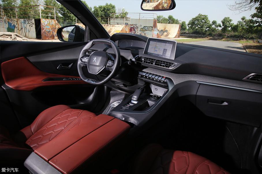 三点触屏是标致4008的一个特殊设计,中控灯光、氛围灯、空气净化、驾驶模式等功能都可在触屏上准确快速实现。