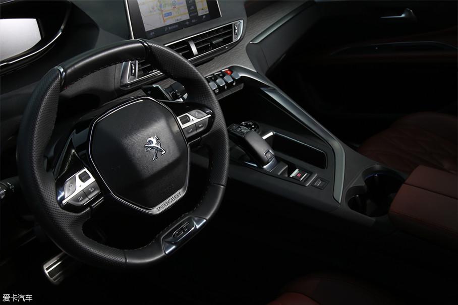 """而另一边的""""哥哥""""标致4008则更显示的像个西装革履的运动员,精致小巧的平底运动方向盘、扁平化的仪表盘、机舱内部式的整体设计,让人坐进驾驶室就能联想到机械冰冷的那种质地感。"""