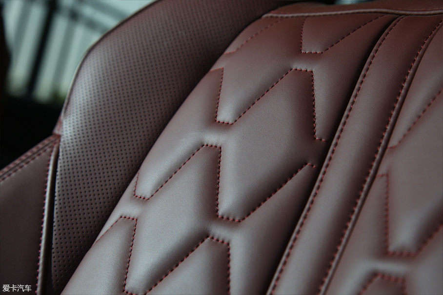 当然,菱格压线搭配Nappa真皮与机械质感按键的组合一直是现代运动豪华设计的老套路了。