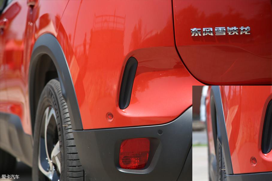 值得一提的是,法系车型都在后轮眉与挡泥板处会设计一个凸起。其实这个凸起并没有什么实际意义,仅仅是为了符合法国政府的法规而设计的。(现代汽车尾部的设计,一般都是三段缩进式,这样会使后保险杠往内部收缩使得轮胎底部宽于车身)