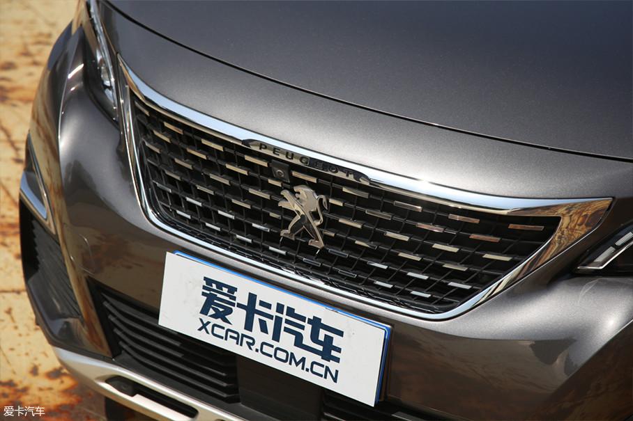 标致4008的点阵式进气格栅采用了赛车黑白方格旗元素,令视觉效果极富张力。标致4008也是继308之后,第二款采用这一代设计语言的量产车型。