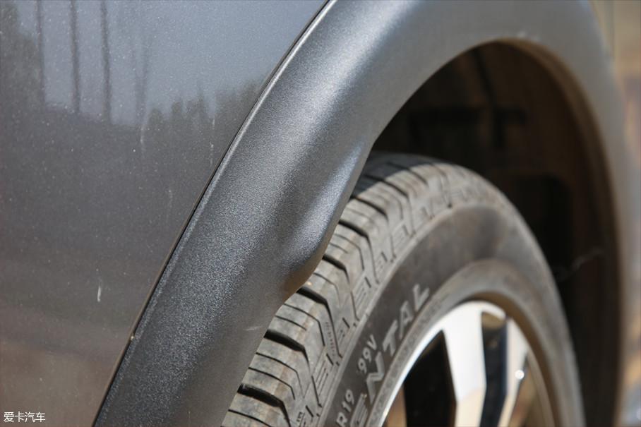 在法国规定,车辆的轮胎宽度不能超过车身的宽度(倒车镜的额外宽度不算计在内),因此为了符合这个法规,在轮眉处多设计一处凸起即可使得车身比轮胎宽。