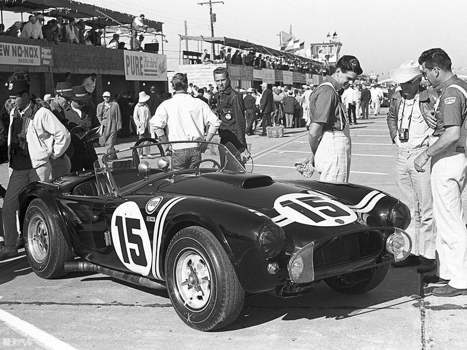 1961年,卡罗尔·谢尔比萌生了自己造车的念头,他先是致信AC汽车公司谋求底盘合作,随后又说服了福特为其提供4.3L V8发动机。而福特此举,却是为了借助Cobra眼镜蛇之力来抗衡克尔维特。