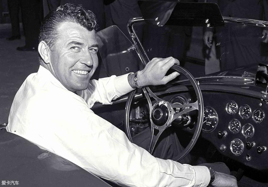 图中憨笑的大叔就是卡罗尔·谢尔比本人,作为职业车手的他曾经驾驶着阿斯顿·马丁DBR1赛车夺得了1959年勒芒24小时耐力赛的冠军。