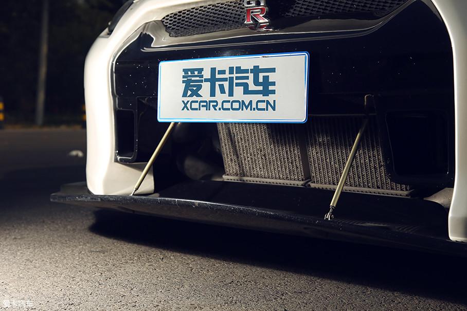 除了为中冷设计了大面积的开口外,两侧的长方形气孔还可以将空气导入轮拱并为刹车散热。