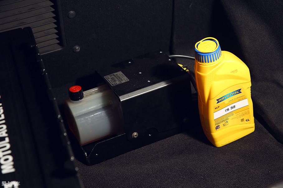 悬挂的油液储存装置并不会像气动系统那样占用大面积的行李厢空间,同时其在工作时产生的机械噪音也并不恼人。
