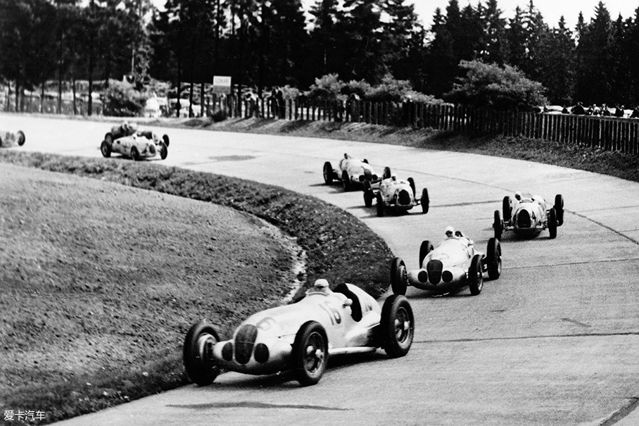 在F1方程式锦标赛之前,阿尔法·罗密欧曾在战前的国际汽车大奖赛上取得过第一个世界冠军。此后几年虽说成绩斐然,但这一切改变于1934年德国梅赛德斯汽车联盟车队的出现。