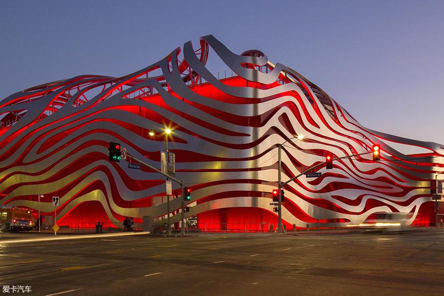 咱们先来了解一下这个为保时捷庆生的地方。位于美国加州洛杉矶的彼得森汽车博物馆(Petersen Automotive Museum)始建于1994年3月,于3年后对公众开放。