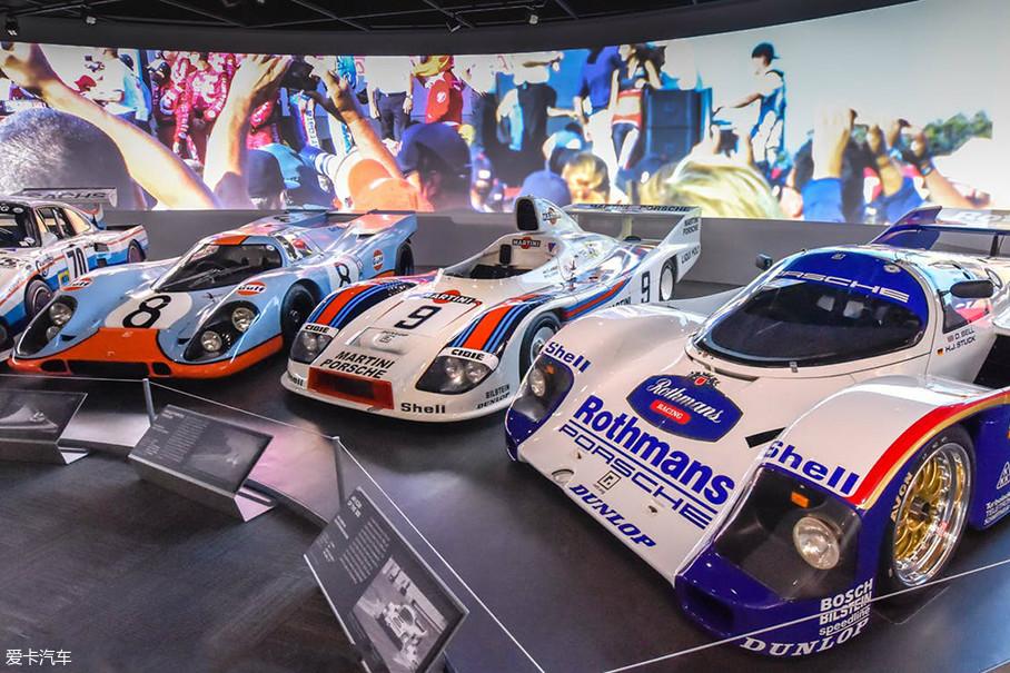 """这届""""保时捷效应""""主题展主要展出了过去70年里保时捷中最著名的50辆,包括早期车型,竞赛冠军车型等50款经典车型,以及保时捷历史上的发展及其他重要部分。"""