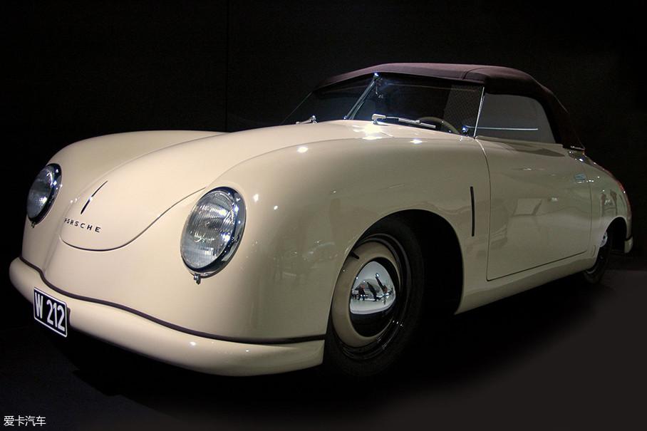"""首先值得一看的就是1949保时捷356""""Gmünd""""Coupe。这款车是保时捷与大众一起开发的首款量产车,后置后驱模式也是为911之后的开发起到了参考作用。"""