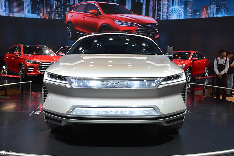 """或许看到实车你会想""""这不就是SUV吗?""""然而比亚迪对于它的定位则是遵照人类未来发展趋势而打造出的,一台全新架构纯电动汽车。"""