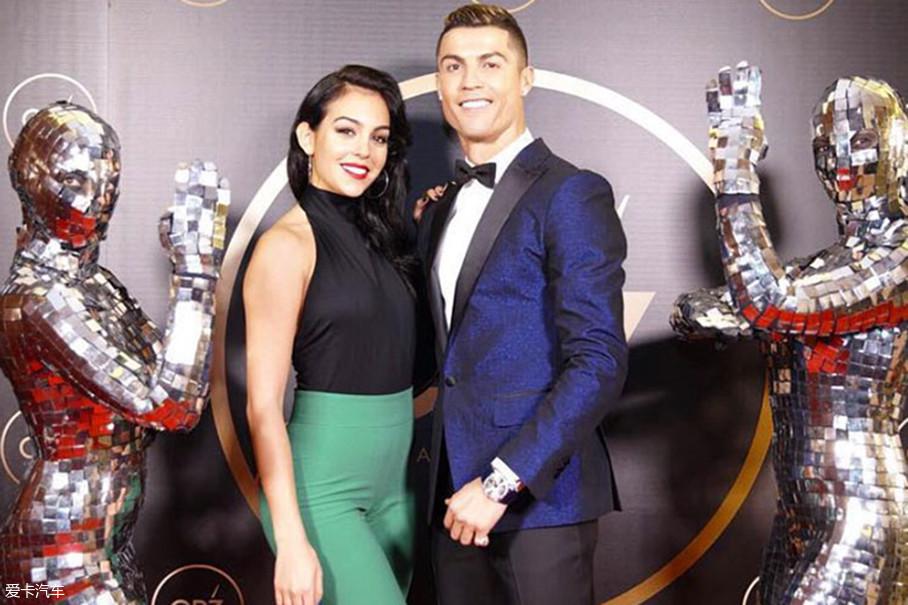 那一次的邂逅,让C罗与乔治娜一见钟情,继而坠入了爱河。在2017年的世界足球先生颁奖礼上,C罗与乔治娜的携手出席,也算是公开了两人的恋情。