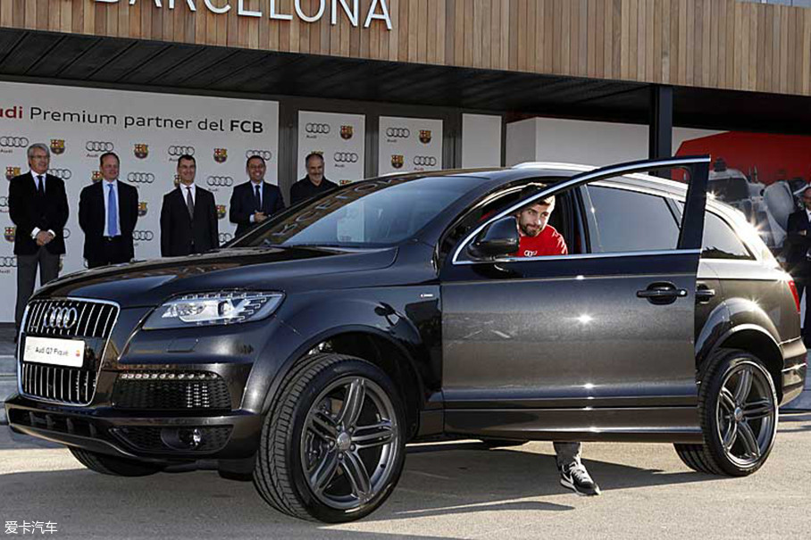 鉴于皮克的190cm+的大个子,一般身材的车型怎么能满足他?再加上才女夏奇拉的独特气场,也只有奥迪Q7这种大型SUV才应该是他们家庭的选择。
