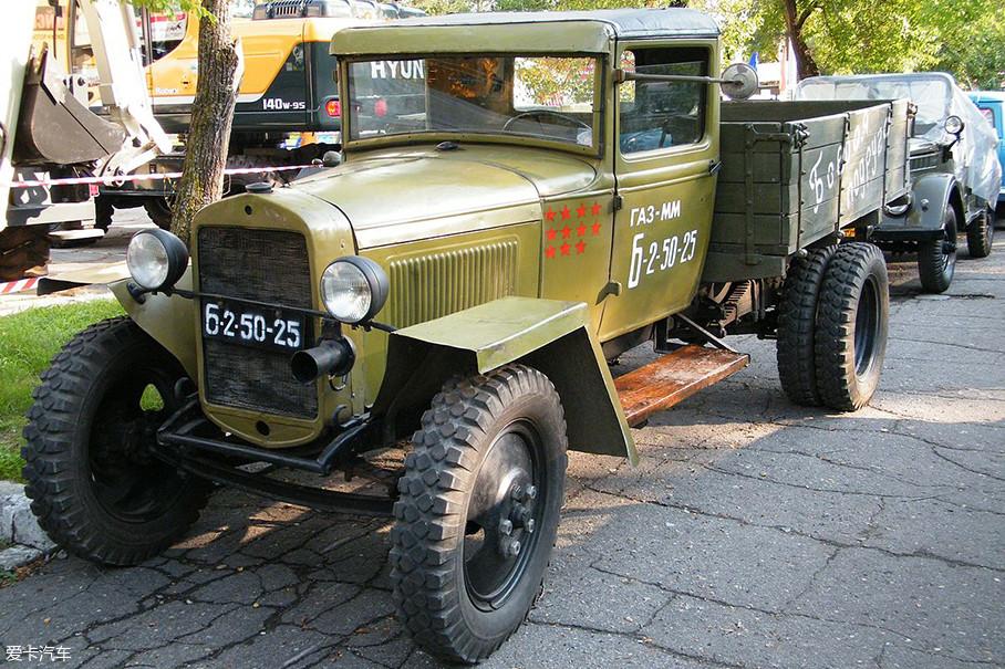 """其实GAZ的中文名应是""""高尔基汽车厂"""",1932年时推出了首款载货汽车AA。但GAZ旗下最让咱们熟悉的不是它,而是下面这两位真正的""""时代神车""""。"""