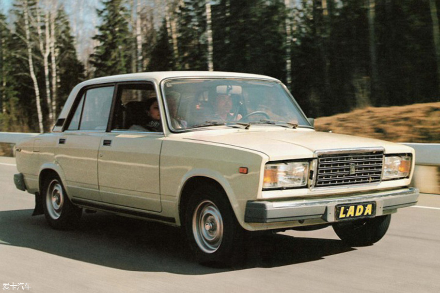 拉达曾在上世纪八十年代时大量引入国内,是当时首批私家车用户的第一首选,并且也曾做过出租车。神奇的是,在我国早已杳无音讯的它在自家俄罗斯保有量依旧巨大,并且大部分都有个性改装。