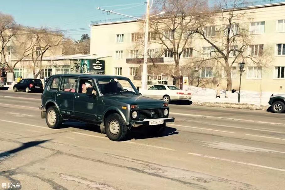 在战斗民族的心中,或许伏尔加都达不到尼瓦的地位。不管如何评价其糟糕的日常驾驶感受,在俄罗斯人民这儿,它就是皮实耐用的好伙伴。看车头处标志,我们能发现这是一台近几年的车款。