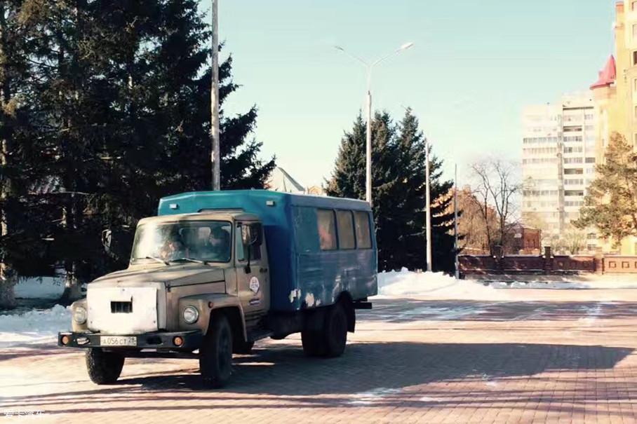不光是轿车、越野车文化,俄罗斯更显主流的还是其卡车文化。虽然身处欧洲,但俄罗斯并没有欧洲引以为傲的重卡文化,大多数存在的,则是一台又一台满满苏联味的载货卡车。