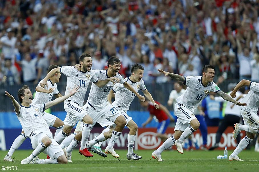 """说实话,身为东道主的俄罗斯队,在A组内处于一个""""比上不足比下也不怎么有余""""的境地。乌拉圭不出意外拿A组冠军是毋庸置疑的,埃及也同样有明星球员萨拉赫的加持,这使俄罗斯出线难上加难。"""