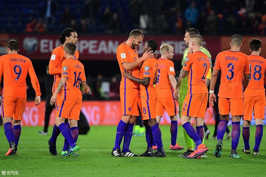 """世预赛荷兰队的淘汰,着实是给了""""橙衣军团""""球迷一个巨大的打击。毕竟,这支球队是世界上的豪门,也是曾经无限接近于大力神杯的传奇队伍。"""