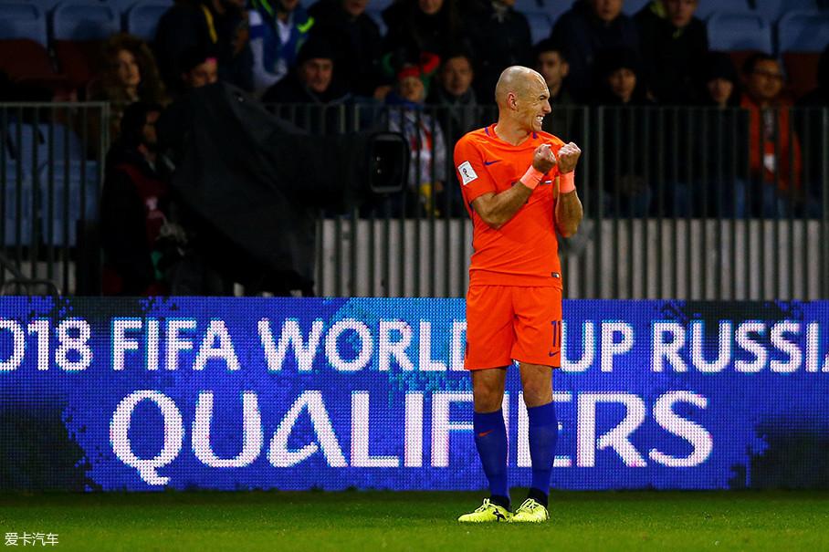 """""""橙衣军团""""的大当家非罗本莫属,他曾代表荷兰国家队出战三届世界杯与欧洲杯,也是荷兰队世界杯历史第二射手。同样,他还拥有英超、西甲、德甲、荷甲四国联赛的冠军。"""