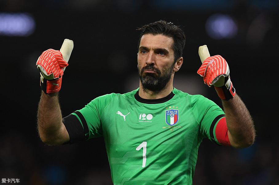 """布冯可以说是目前意大利队元老级的人物了,是名副其实的意大利""""门神""""。2017年,他当选FIFA年度最佳门将,并入选FIFA年度最佳阵容。"""