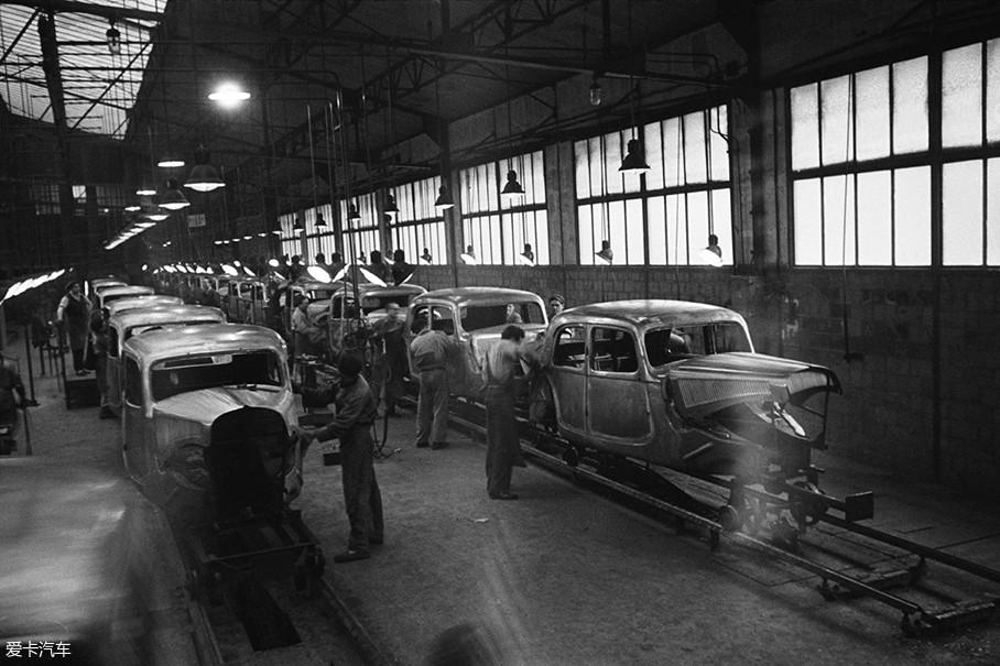 1934年,已经破产的雪铁龙被米其林接手,在经过新东家的市场调研后,雪铁龙的重生就瞄准了广大的农民朋友。并将低油耗、高通过性、不俗的装载能力这三点作为新车标准。