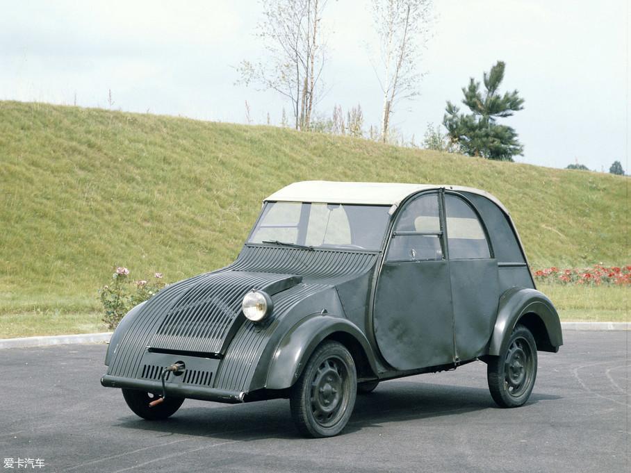"""就这样,先期第一版车型TPV(Toute Petite Voiture)问世,中文意思可以理解为迷你小车。对,你没看错,这个独眼、浑身散发着冰冷金属味道外加""""旋转启动模式""""的它就是2CV的前身。"""