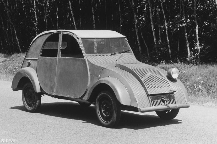 1939年中期,有250辆TPV得到法国政府批准走下生产线。同年巴黎车展上,TPV正式改名雪铁龙2CV。