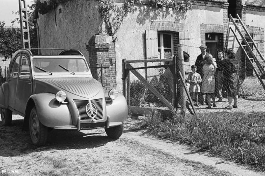 """二战后,在百废待兴的国民车发展最佳时期,2CV重出江湖。1948年的巴黎车展上,它的出现首先惊得一片""""叫丑声"""",它也因为自身颜值原因而得外号""""丑小鸭""""。"""