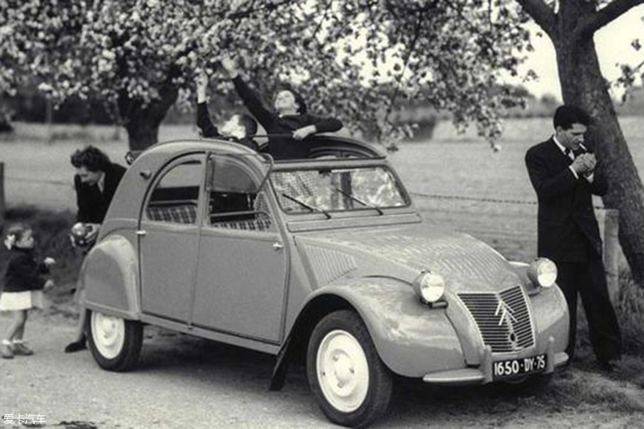 看着简陋的它其实有着满身黑科技的加持,少见的前驱、柔性悬挂、双缸水平对置发动机等等都是当时的新鲜配置。同时,它还配备了一款类似于全景天窗的可闭合顶篷。