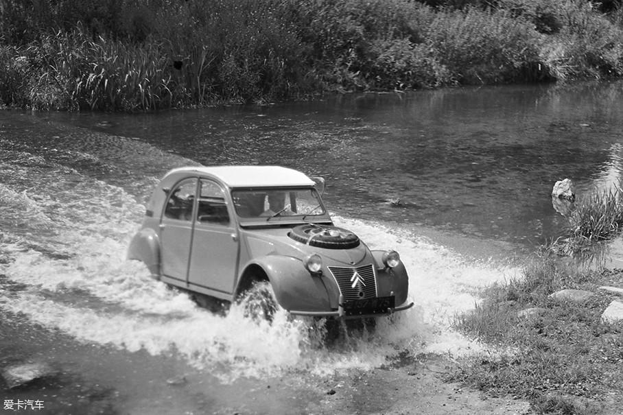 或许每款国民车都会衍变为一种文化符号,2CV肯定也不例外。这不,在1960年时,2CV放弃了原本排量375cc的双缸发动机后,推出了目前价值极其珍贵的衍生车型2CV Sahara。