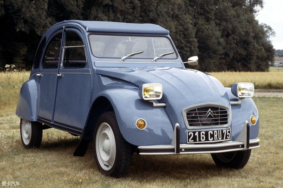 1974年,由于受到全球石油危机大环境的影响,2CV这种相对节能减排的车型又在市场内火了一把。在这一时期的2CV也顺应潮流,将之前的圆形灯改为了流行的矩形大灯。